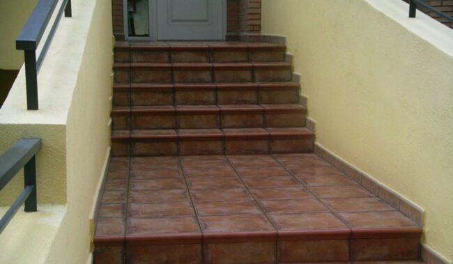 наружная лестница отделанная плиткой