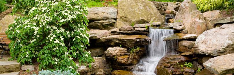 Водоем на даче с ниспадающим потоком воды