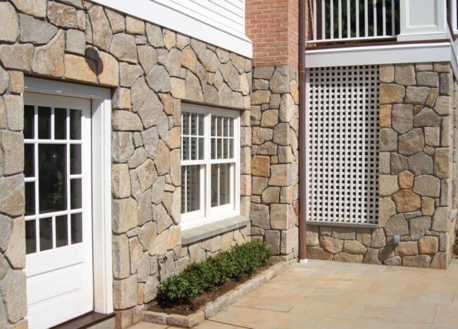 первый этаж фасада отделанный камнем