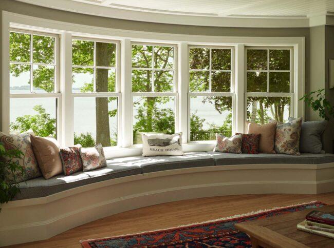 Уютное пластиковое окно с местом для отдыха